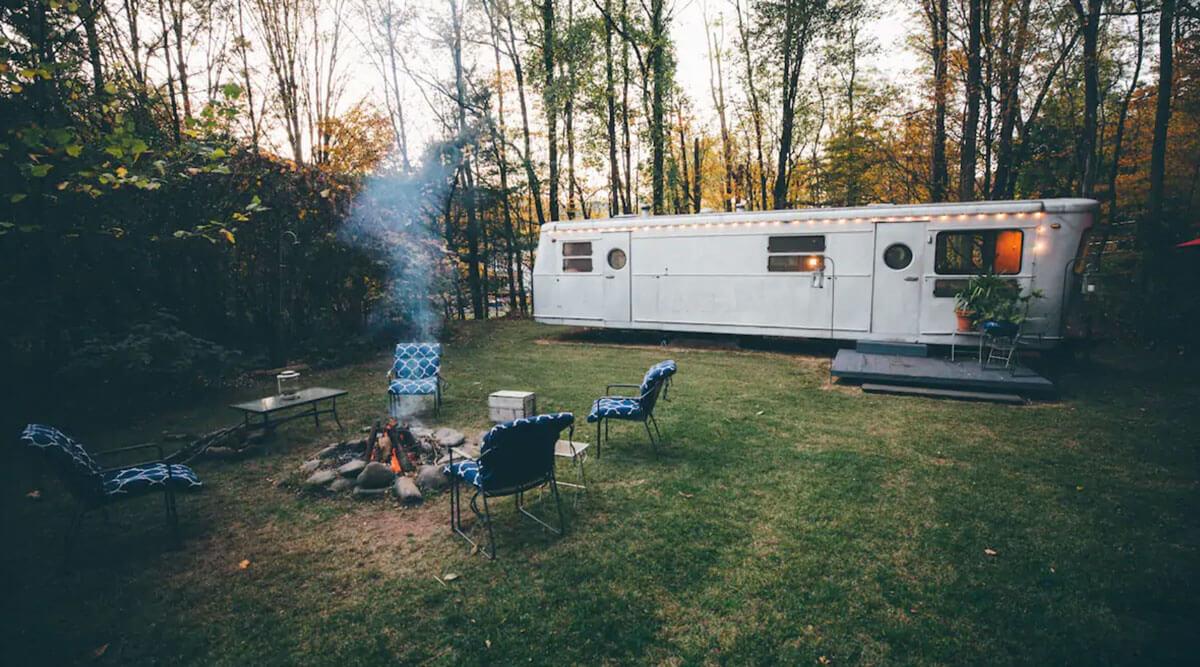 Catskill-glamping-in-vintage-camper-in-new-york