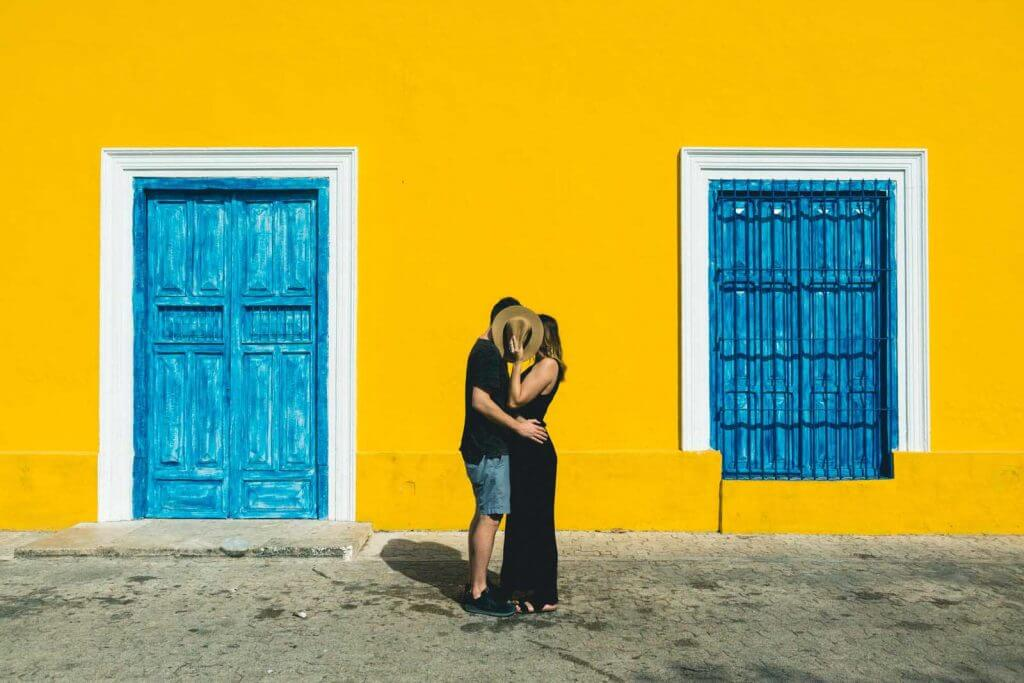 Bobo and Chichi kissing in the colorful streets of Merida