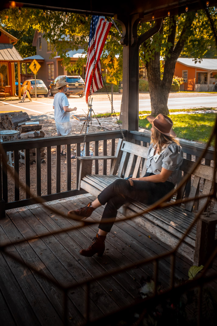 Leipers Creek Gallery porch and live painter at Leipers Fork Tennessee