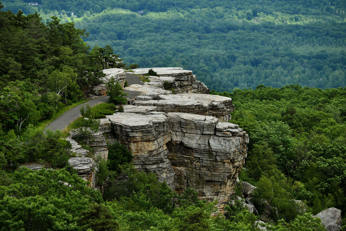 Rocky-views-overlooking-the-valley-at-Minnewaska-State-Park-in-New-York
