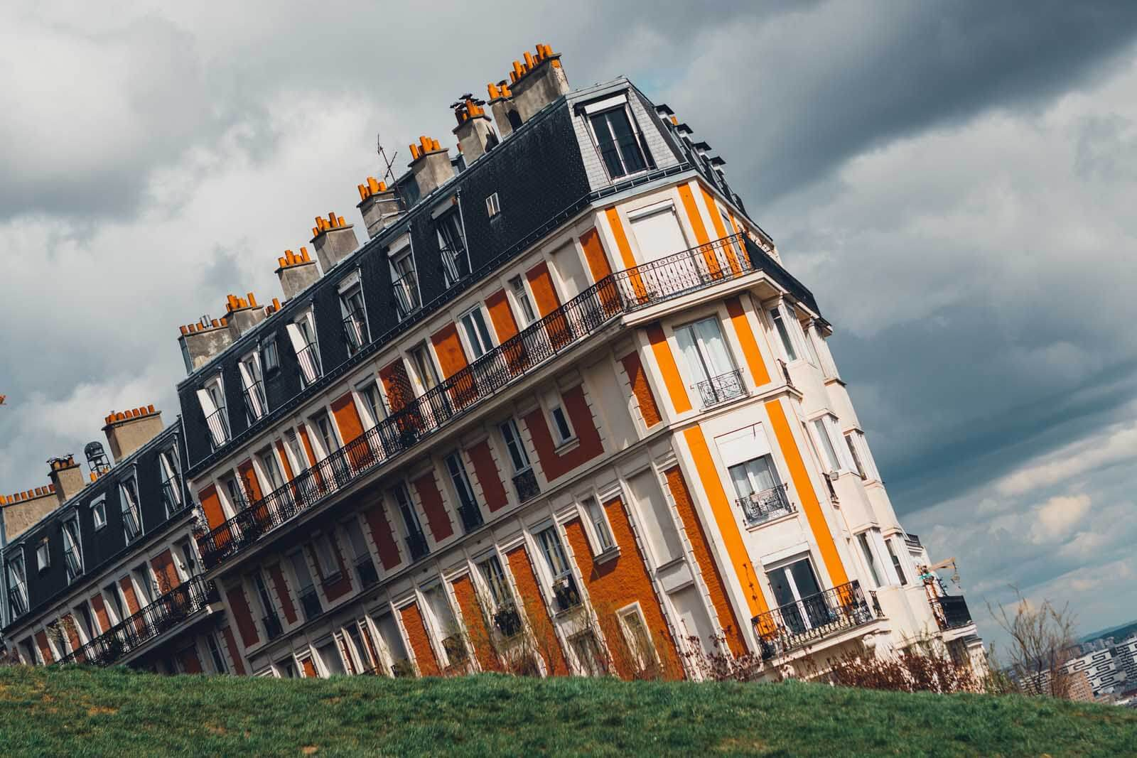 the sinking house in Montmartre Paris