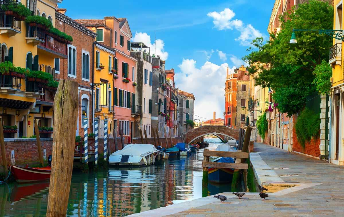 colorful-houses-along-the-canal-in-venice-Italy