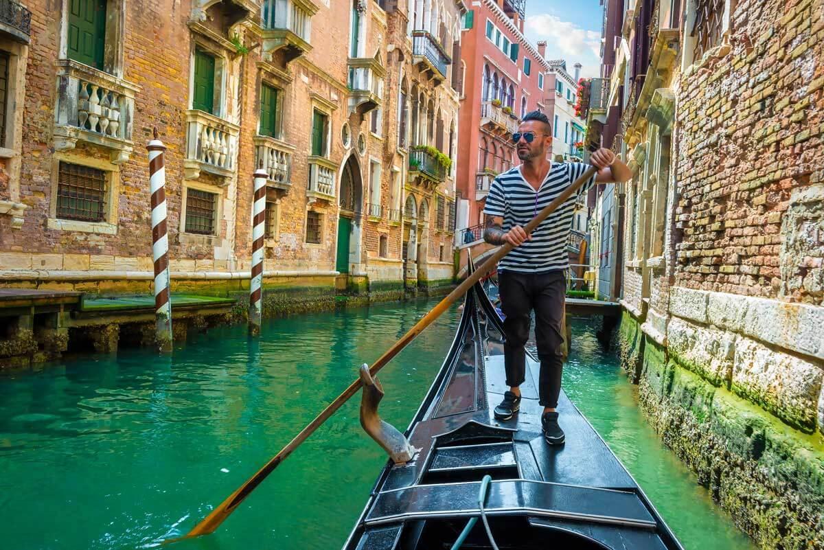 gondolier-on-canal-of-venice-italy
