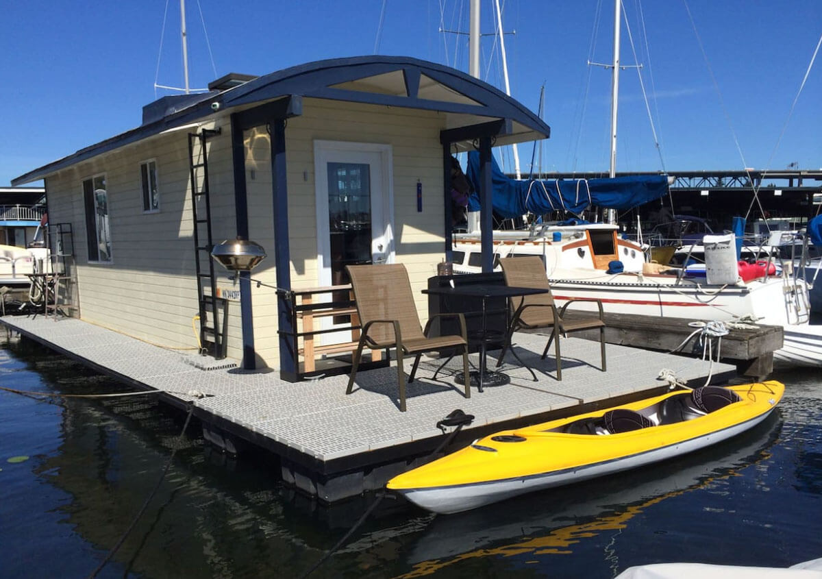 modern-houseboat-on-lake-union