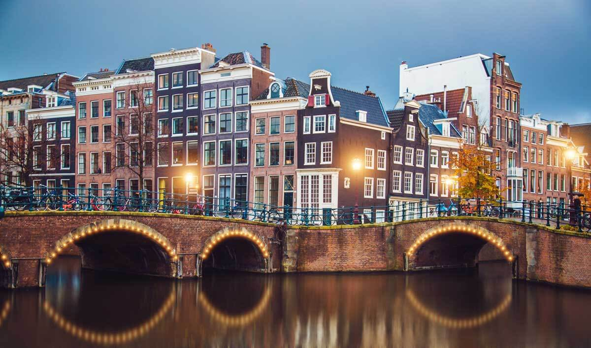 stunning-amsterdam-canals-and-typical-dutch-houses-in-the-evening-E73CYHW